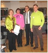 Prismodtageren med repræsentanter fra de tre nordiske fonde, som står bagprisen – heriblandt det danske Alternativfondet.